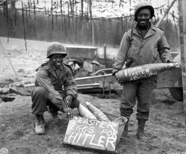 1944 2 US-soldater klar med påskeæg til Hitler - foto fra 969th Field Artellery Battalion