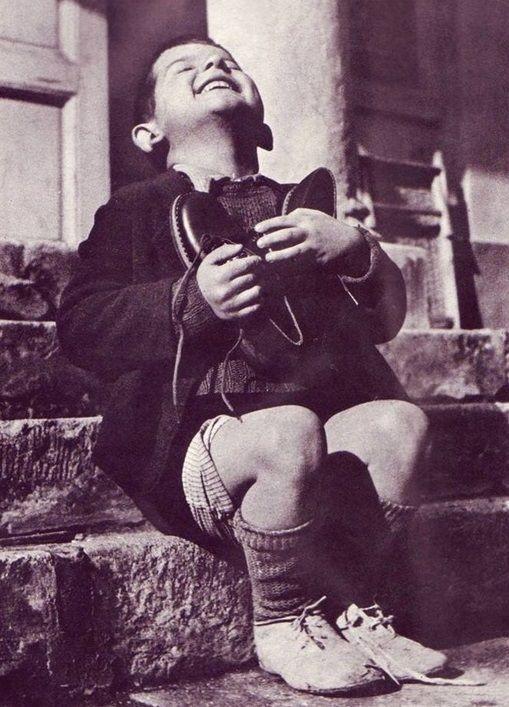 Dreng på Børnehjem for forældreløse børn, Østrig - får nye sko i 1946 da krigens vanvid er endelig er stoppet