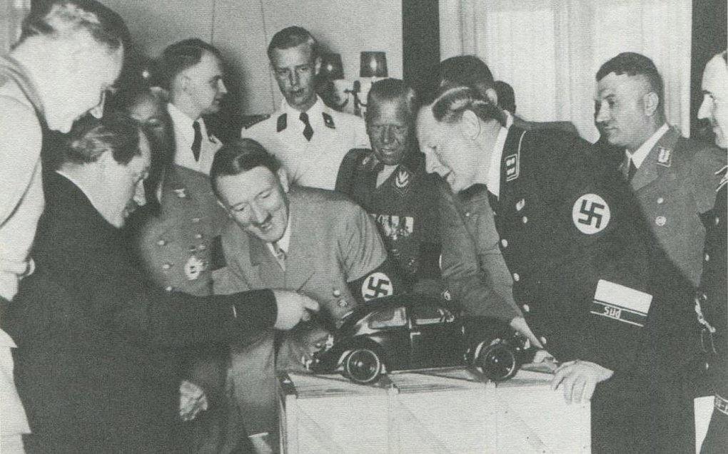 Hitler smiler af glæde - ej vellyst - da han præsenteres for en model af VW, formentlig 1934-35